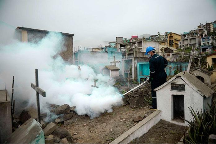 Perú fumiga los  Cementerios para evitar el Zika