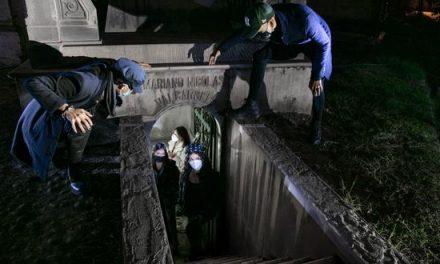 Cementerio Presbítero Maestro realizó recorrido nocturno ayer viernes 23 por el Bicentenario.